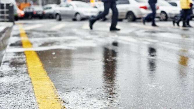 Oblodzone drogi i chodniki. Żółte alerty