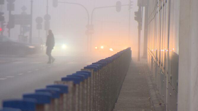 Widoczność poniżej 200 metrów. Poranek z gęstą mgłą