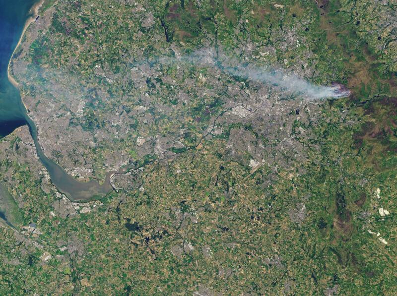 Pożary w Saddleworth Moor na zdjęciu satelitarnym (NASA Earth Observatory images/Joshua Steven)